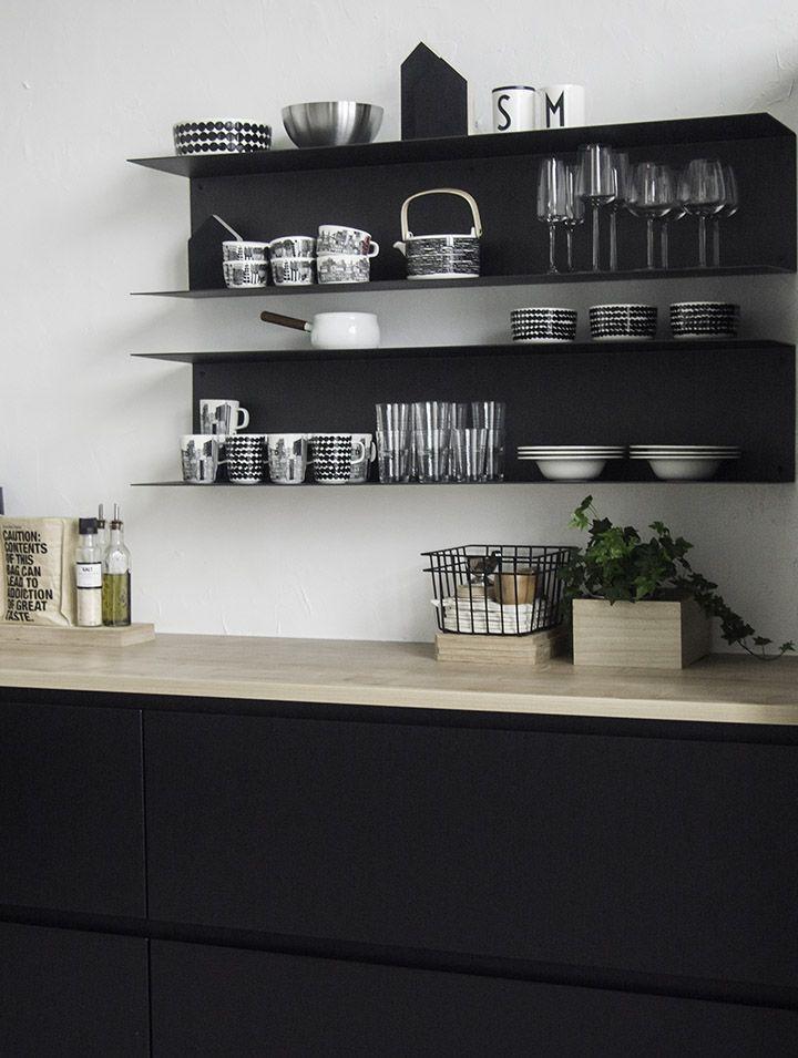 Kuten entisessä keittiössämmekin, on myös nyt ratkaisuksi valikoitunut avohyllyt yläkaappien sijaan.  Erityisesti nyt kun alakaapit ovat mu...