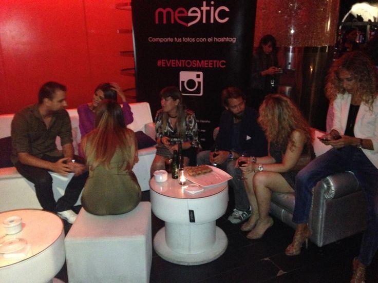 Los ganadores de la cita con nuestros VIPs disfrutan de una conversación animada y distendida. #eventosmeetic