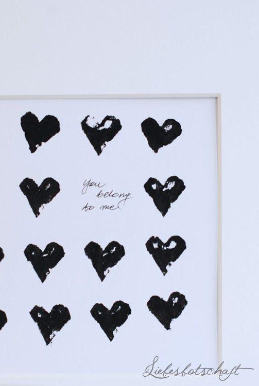 Herzen-Bild, gestempelt mit einer Kartoffelhälfte. (Falls ihr wollt, dass die Herzen in der quadratischen Form gestempelt werden, müsst ihr zuvor kleine Kreuze mit dem Bleistift an die richtige Stelle zeichnen.)