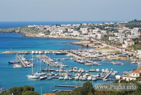 Porto turistico Santa Maria di leuca con vista panoramica di Leuca. La marina di Leuca è situata sulla punta del tacco d'italia in Puglia.