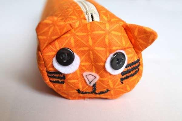 Kijk wat ik gevonden heb op Freubelweb.nl: een gratis naaipatroon van Craft Bits om deze leuke poezenetui te maken (ook leuk voor je haaknaalden) https://www.freubelweb.nl/freubel-zelf/zelf-maken-met-stof-poezen-etui/