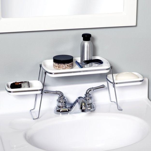 Uma Prateleira de Produtos de Banho Por Cima da Pia | 33 coisas incrivelmente inteligentes que você precisa ter no seu apartamento pequeno