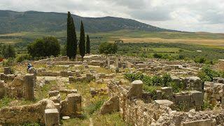 Volubilis Nous avons visité Volubilis, une ancienne cité romaine au Maroc, prise par les romains en l'an 40 après JC. Elle fut abandonnée au XVIIIe siècle puis détruite par un tremblement de terre.