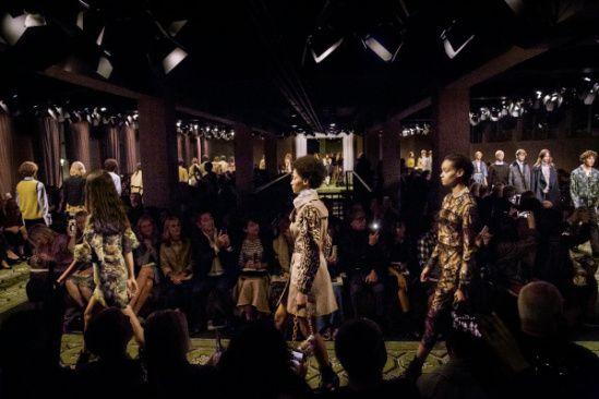 La Collezione Burberry , come sempre, è all'avanguardia. Donna e uomo presentate contemporaneamente . La collezione donna : Giacca militare in cotone stretch camicia volant bianca . Giacca in lana …