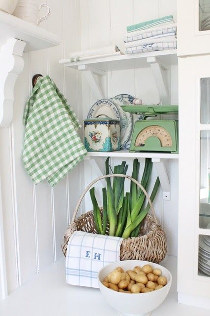 .This would look cute in a laundry room or pantry.