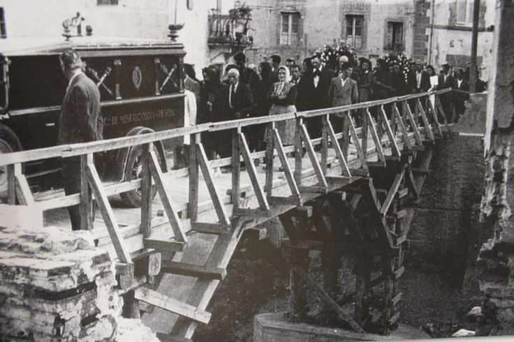 Funerale di Amelio Doretti. Ricostruzione del Ponte Vecchio, distrutto dai tedeschi nel 1944. Le impalcature di legno formavano la struttura per realizzare il nuovo ponte in cemento armato - 1947.