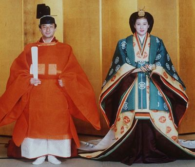 o casal de príncipes vestidos com os 17 quimonos sobrepostos, que exige o cerimonial de um casamento imperial.