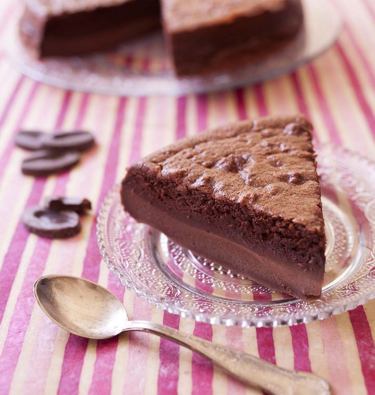 Je continue dans la découverte des gâteaux magiques. Après le classique à la vanille et la version cupcakes aux myrtilles, je me suis laissée tenter par le gâteau magique au chocolat pioché sur le blog Chic, chic, chocolat.