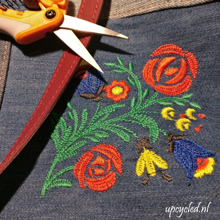 Borduurwerk op een oude jeans. Samen met een rode leren bank wordt dit een nieuwe tas. ** Embroidery on old jeans which together with the leather of an old couch becomes a new upcycled  bag.