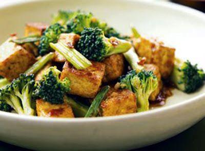 Otra exquisita preparación de recetas vegetarianas con tofu como protagonista. En esta ocasión enseñamos un rica receta de origen japonés llamada tofu teriyaki, receta de cocina vegetariana muy saludable y de sencilla elaboración, la cual consta de 2 partes, los ingredientes contundentes y una rica salsa que acompaña toda la preparación. Ingredientes Tofu en cubitos Brócoli cocido Fécula de maíz o pan rallado 2 Dientes de ajo 1 Taza de salsa de soya 1 Cucharada de vinagre de arroz 2…