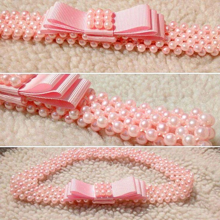 Lindíssima tiara em pérolas.  Disponível em outras cores.  Produto feito sob medida.  Após o pedido, enviar medidas em centímetros da cabeça da sua baby.