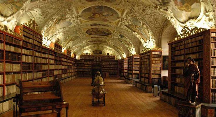 Praga, le foto della biblioteca del monastero Strahov e dei suoi splendidi soffitti - Il Libraio