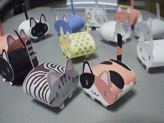 11 variantes pour ce petit chat à imprimer, découper et coller - simplissime : les enfants vont l'adorer ! Site includes template for kitties and a turtle.