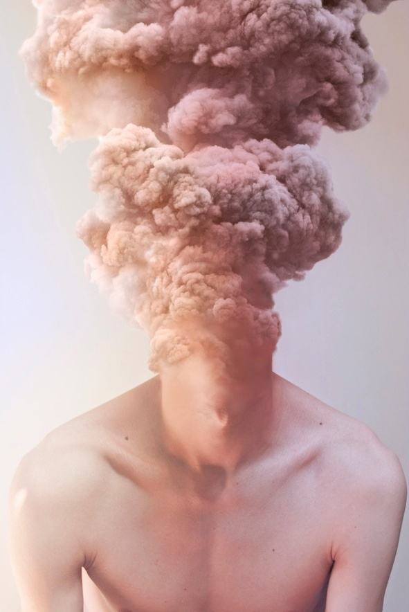Jonathan Ducruix - Smokescreen - 2011-2012  - Bij deze foto krijg ik het gevoel van innerlijke oorlog wat voor mij heel herkenbaar is. Ik vind het een mooi beeld, toch te verbinden aan een dark side ookal is het beeld heel licht en kleurrijk.