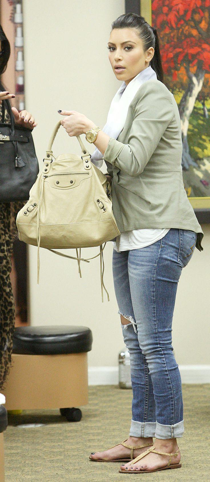 Kim Kardashian, nude flat sandals, white top, grey blazer, jeans, beige bag ☑️