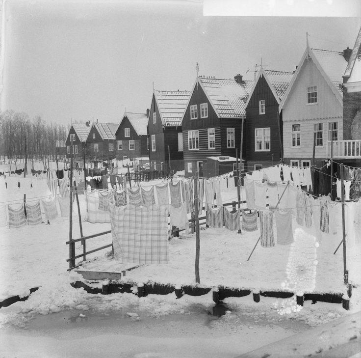 Marken heeft last van sneeuw, de was hangt op Marken 1966