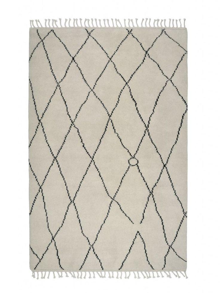 Underbar handknuten matta från Classic Collection med ett mönster som inspirerats av traditionella marockanska mönster. Mattan har en halvlång lugg.  Classic Collections mattor är certifierade med Care & Fair och handgjorda av professionella indiska vävare, detta gör att alla mattor är helt unika och vissa små avvikelser i mönster, färg och storlek kan förekomma.   Färg: Vit/svart Material: Ull  Skötselråd: Använd mattunderlägg för att minska slitage. Mattunderlägget fungerar även so...