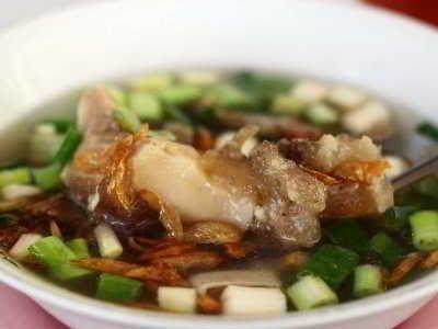 Resep Soto Kikil - Ungkap panduan cara membuat soto kikil sapi kuah santan bening kuning betawi ala masakan lamongan khas surabaya madura jawa timur yang paling enak disini.