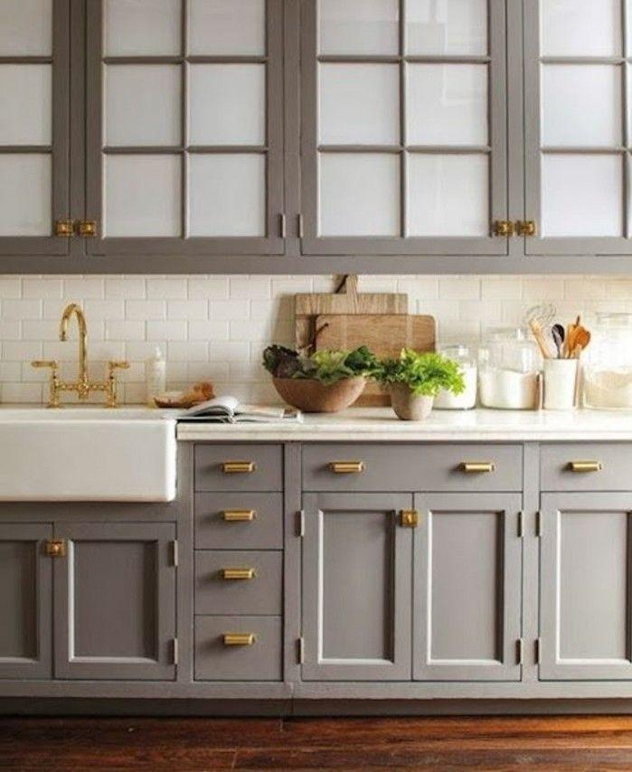 facade cuisine couleur gris taupe plan de tavail et carrelage blancs poignes dores - Cuisine Taupe Claire Et Mur Eb