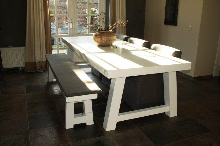 gave tafel met bank en ruime stoelen. Dat wit in combi met zachte donkere stoelen en een houten vloer. Ideaal