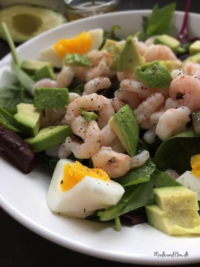 Mættende frokostsalat med rejer og avokado pinterest: simonewanscher