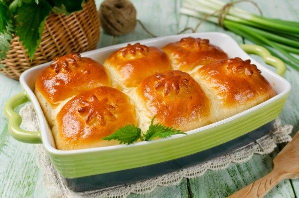 Дрожжевые булочки с творогом и весенней зеленью, ссылка на рецепт - https://recase.org/drozhzhevye-bulochki-s-tvorogom-i-vesennej-zelenyu/  #Выпечка #блюдо #кухня #пища #рецепты #кулинария #еда #блюда #food #cook
