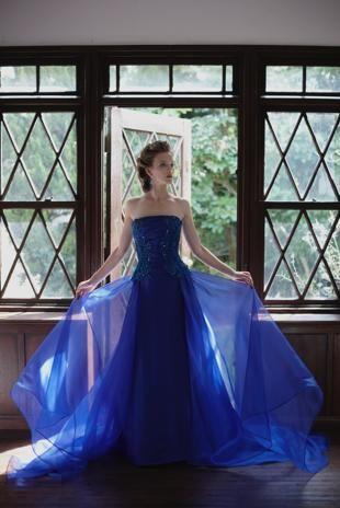 風格あるロイヤルブルーが印象的なカラードレス。青の花嫁衣装の参考一覧♪