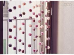 DIY : un rideau de pompons - par zess