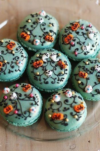 Macarons déguisés pour Halloween : faire les arabesques avec du chocolat fondu versé dans une poche à douille et coller avec des petits décors en sucre : fantômes, tête de mort, citrouilles...