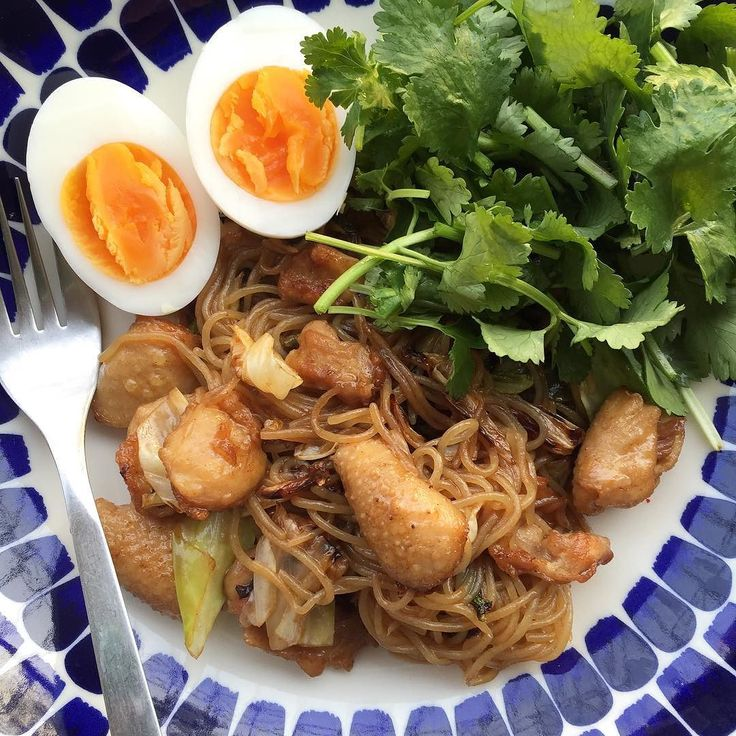 Japanese fried noodle(Used shirataki noodle)with chicken skin Boiled egg Coriander Salad for dinner.  本日の夕飯こんにゃく麺を使った鶏皮入り焼きそばゆで卵パクチーサラダ  焼きそば(風w)久しぶりソースは低糖質ソースを使いました  #lchf #lowcarb #MEC食 #ローカーボ #鶏皮#糖質制限#diet#ダイエット#shirataki#atkins#keto#パーソナルトレーニング#ライザップ#レコーディングダイエット by yui_on_lowcarb