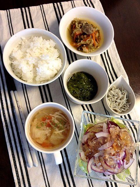 切り干し大根の煮物、めかぶ、しらす、紫玉ねぎのサラダ、トマトとキャベツのスープ。 - 13件のもぐもぐ - めかぶネバトロな朝ごはん by MartMama