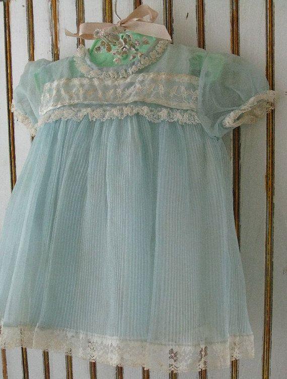 Vintage Baby--Infant dress with slip, 1950's Ik had een roze voor mijn eerste verjaardag.