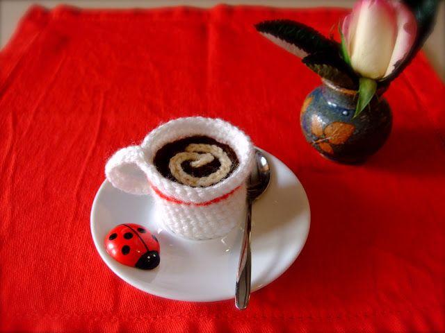 Come fare una tazzina con caffè amigurumi.  Spiegazioni in italiano.