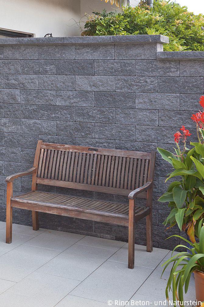 Die im Garten gebaute Mauer als Sichtschutz zum Na…