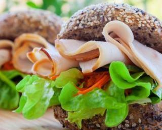 Burgers à la dinde : http://www.fourchette-et-bikini.fr/recettes/recettes-minceur/burgers-la-dinde.html
