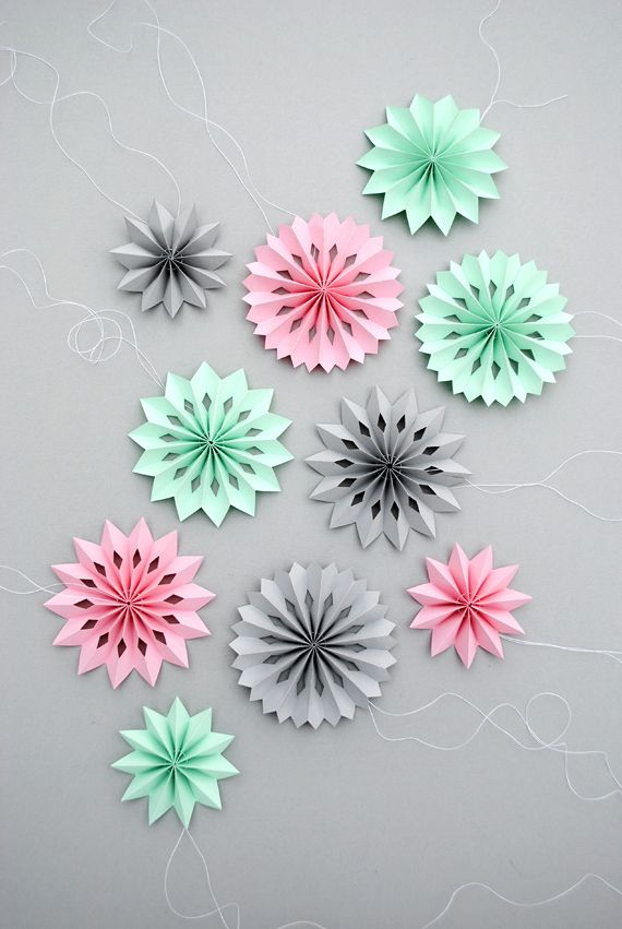 Mini paper medallions Love this idea for Christmas decorations at home and at work!