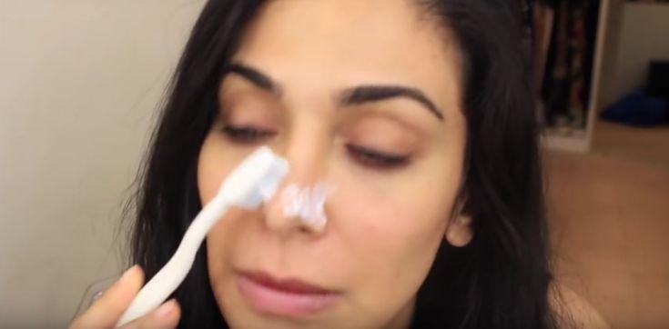 Ze+smeert+met+haar+tandenborstel+tandpasta+op+haar+neus.+Het+resultaat?+De+oplossing+voor+een+erg+veelvoorkomend+probleem!
