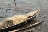 Canoa con aparejos de pesca.