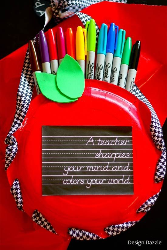 How to make an apple gift tote for teachers with paper plates! Free chalkboard printable reads: a teacher sharpies your mind and colors your world! Design Dazzle