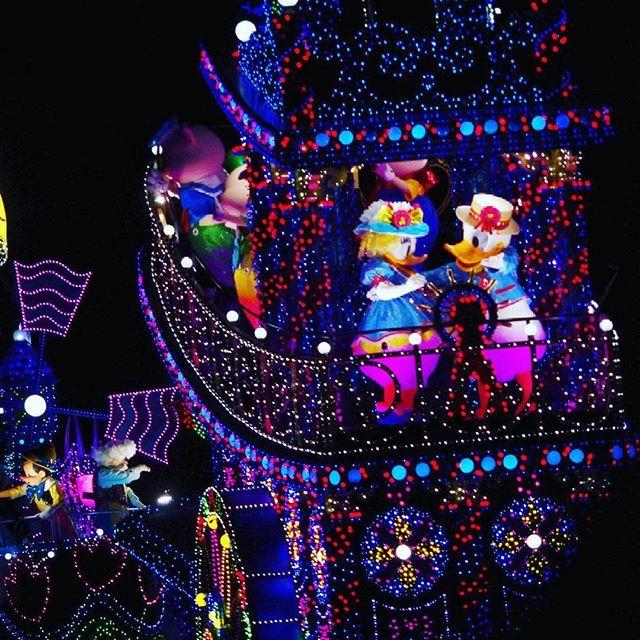 Instagram【smr.kwn】さんの写真をピンしています。 《#ディズニーランド #東京ディズニーランド  #disneyland  #エレクトリカルパレード #ドナルドダック #ドナルド #デイジー #ドナデジ #夜景 #イルミネーション #一眼難しい #ディズニー写真部  #disneyfan #ディズニー部 #disney写真部  #ディズニー好きな人と繋がりたい》
