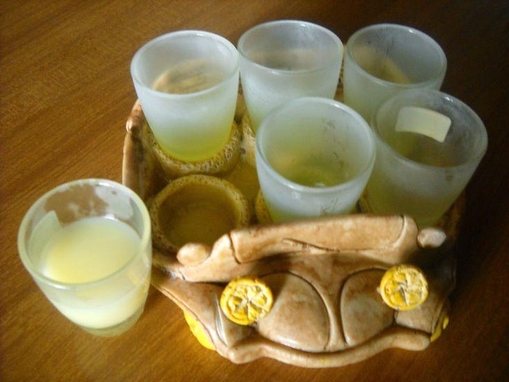 Pentole e vecchi merletti: LiquoriCrema di limoni Ingredienti 6 limoni non trattati mezzo litro di alcool a 95° un litro di latte intero a lunga conservazione 1 kg. di zucchero vanillina
