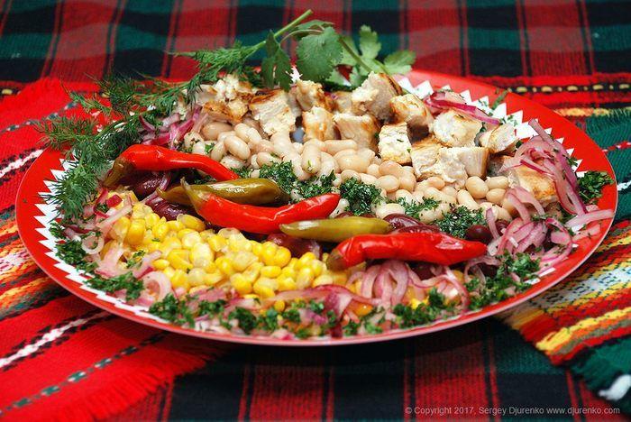 Теплый и вкусный салат с фасолью и курицей, консервированной кукурузой и пряной заправкой — несложное блюдо, легко готовится и может быть как закуской, так и самостоятельным блюдом. Идея рецепта сал…