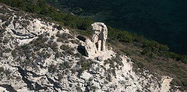 Torre del Poetto (Cagliari) - foto di Gianni Alvito  La torre, posta a 91 metri sul livello del mare, si presenta oggi in stato di rudere in progressiva fase di crollo. Domina il porticciolo di Marina Piccola e la vicina spiaggia del Poetto e da essa si possono avvistare le torri costiere del golfo di Cagliari, comprese quella di Mezza Spiaggia e dell'Isola dei Cavoli. La torre del Pouhet del San Elias, cioè del Pozzetto di Sant'Elia, veniva così chiamata per la sua prossimità alla cisterna…