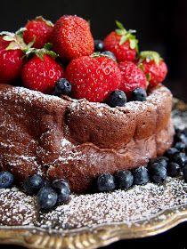 Suklaakakut on vaikeita. Ei niinkään reseptit itsessään, vaan se että koostumuksesta saa juuri oikeanlaisen. Tämän suklaakakun ...