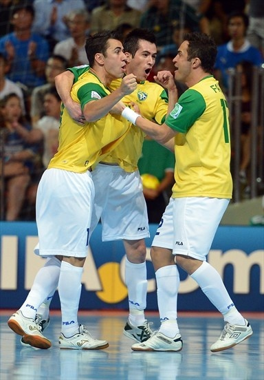 Brasil Pentacampeón!!! | España 2-3 | BANGKOK, THAILAND - NOVEMBER 18: Neto of Brazil celebrates with team mates Rafael and Falcao after scoring his teams first goal during the FIFA Futsal World Cup Final at Indoor Stadium Huamark on November 18, 2012 in Bangkok, Thailand. (Photo by Lars Baron - FIFA/FIFA via Getty Images)
