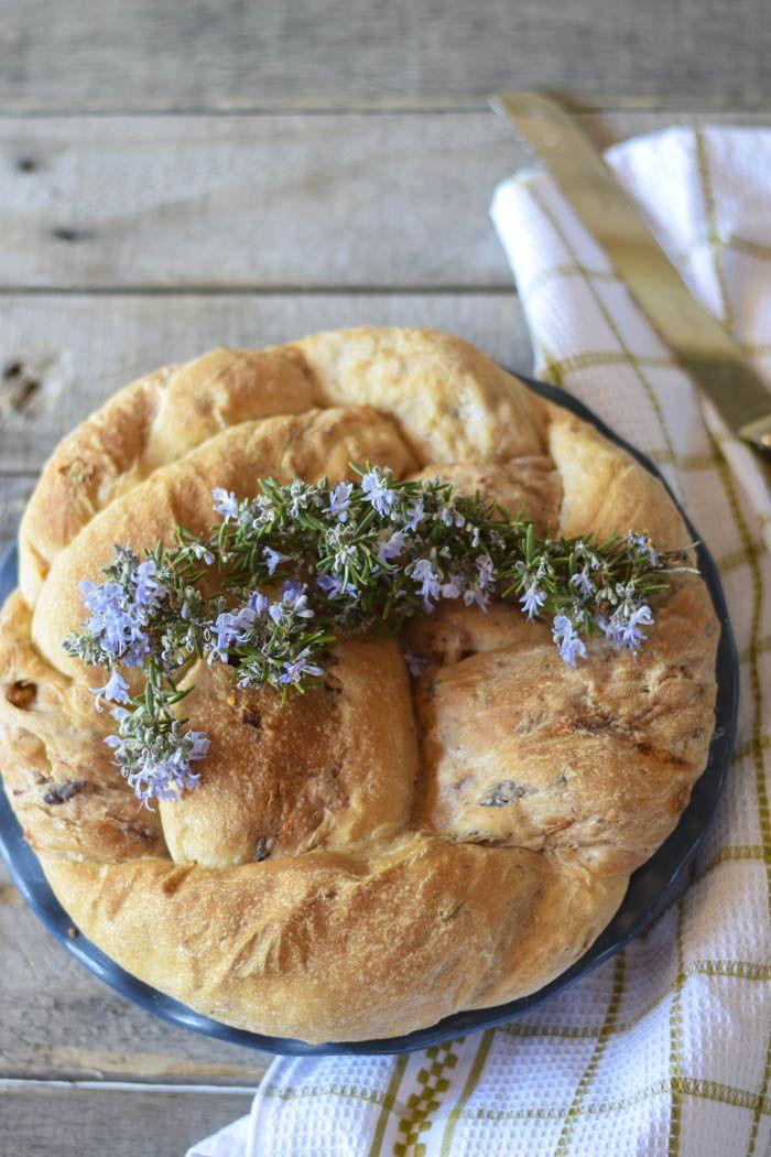Treccia di pane farcita con pomodori secchi olive taggiasche e noci