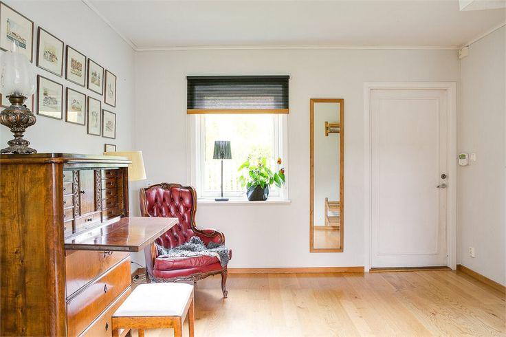 Hall. Här har vi möblerat olika genom åren, började med skrivbord framför fönstret, sen ett piano och idag en sekretär och en fåtölj.