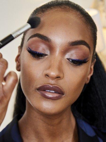 Jourdan Dunn foi com um delineador duplo: preto + azul. A maquiagem foi assinada por Renee Garnes, da Maybelline