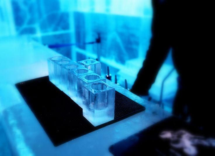 Drinkarna på IsBaren i Stockholm serveras i glas gjorda av vatten från Torne Älv i Norrland. #isbar #is #bar #isbaren #stockholm #glas #drink #unusual