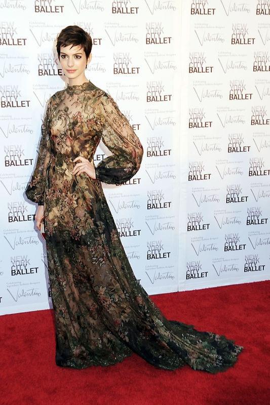 Anna Hathaway (w sukni Valentino) wyszła za mąż! (fot. Bulls)